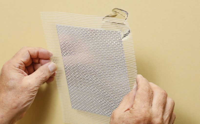 壁穴を壁穴補修プレートで補修する方法