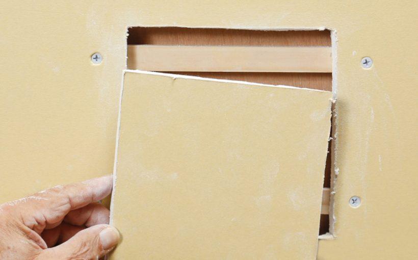 大きな壁穴を石膏ボードで補修する方法
